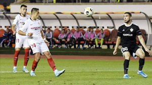 Chicharito, gran protagonista del victorioso debut del Sevilla en la Europa League