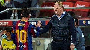 Koeman saluda a Messi al final del partido ante el Betis