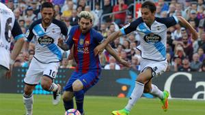 Leo Messi, entre Florin Andone y Pedro Mosquera durante el Barça-Depor de la Liga 2017/18