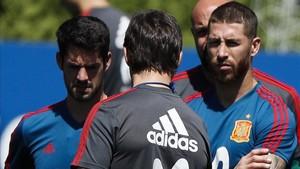 Lopetegui, charlando hoy con Sergio Ramos e Isco