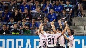 Los jugadores celebran mirando al cielo el 0-1 del Chucky Ferreira que abrió la goleada