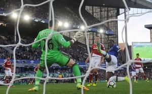 Lukaku bate a Víctor Valdés en el tanto del definitivo 3-1