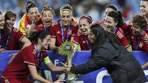Momento en que la Selección recibe la Copa Algarve en 2017