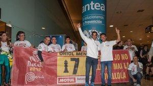 Oriol Mena, saludando -el primero de la izquierda- a su llegada a Barcelona