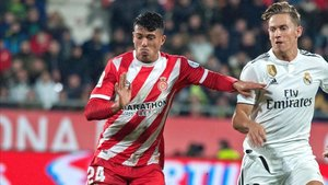 Pedro Porro disputa un balón con Llorente