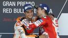 Pedrosa recibe la felicitación de Lorenzo