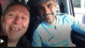 Pep Guardiola con el cámara de la BBC en su furgoneta