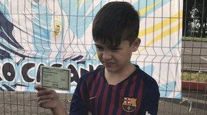 El pequeño Lionel Messi brasileño mostrando el documento en el que se acredita su nombre