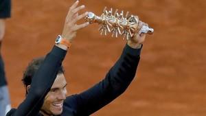 Rafa Nadal levanta el trofeo de campeón en Madrid