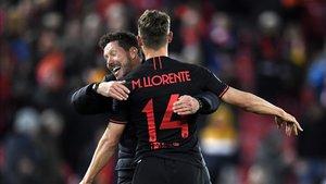 Simeone se abraza a Marcos Llorente sobre el césped de Anfield