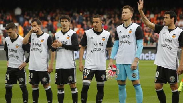 El Valencia saltó con camisetas de ánimo a Coquelin