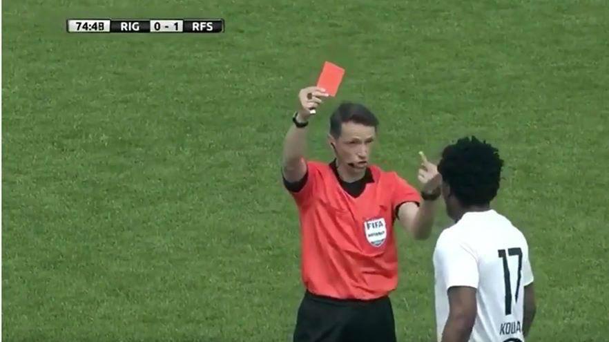¿La actitud más rebelde de un árbitro? Le saca tarjeta roja... ¡y le hace una peineta!
