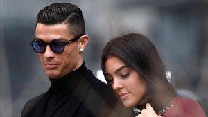 Cristiano Ronaldo, junto con su pareja Georgina, llegando a la Audiencia Provincial