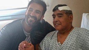El doctor Leopoldo Luque, junto a Maradona tras su operación
