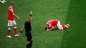 Dzagoev abandonó el terreno de juego abatido tras su lesión.