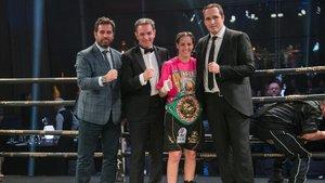 Elhem con el cinturón del título Mundial Interino de la World Boxing Council