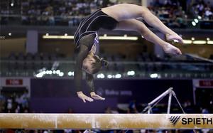 La española Claudia Colom realiza su ejercicio sobre la barra de equilibrio