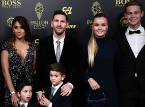 Frenkie De Jong (1-D), su novia Mikky Kiemeney (2-D), Lionel Messi (3-D) y su esposa Antonella Roccuzzo (1st-L) e hijos Thiago and Mateo llegan a la gala del Balon de Oro France Football 2019 en el Chatelet Theatre en Paris.