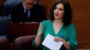 Isabel Díaz Ayuso, retratada ante una presentadora de Telemadrid