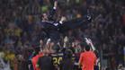 Josep Guardiola, manteado por sus futbolistas tras vencer en la final de la Champions 2008/09 en el Barça-Manchester United