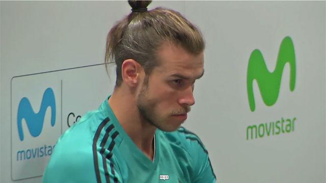 Las dos caras de Bale en la firma de camisetas