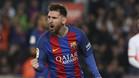 Leo Messi celebra un gol frente al Valencia en el Camp Nou en el partido de la Liga 2016/17