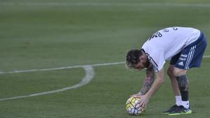 Leo Messi, practicando los lanzamientos durante un entrenamiento con Argentina