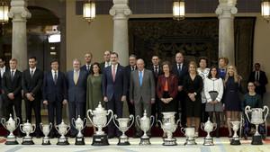 Los Reyes don Felipe y doña Letizia, acompañados por los reyes eméritos, don Juan Carlos y doña Sofía, posan con los galardonados con los Premios Nacionales del Deporte 2016 en una gala celebrada este lunes en el Palacio Real