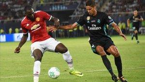 El Manchester United quiere hacerse con los servicios del madridista Raphael Varane (25)