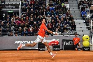 Novak Djokovic, de Serbia, devuelve una pelota a Philipp Kohlschreiber de Alemania durante su torneo de tenis ATP Masters torneo en el Foro Itálico en Roma.