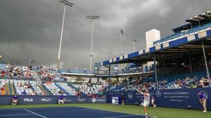 Nubes grises sobre las canchas mientras el tenista francés Adrian Mannarino responde un tiro del austríaco Dominic Thiem