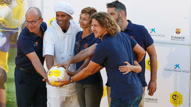 Puyol y Ronaldinho apadrinan el último Cruyff Court de la Fundación Cruyff