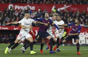 Sevilla FC, 2 - FC Barcelona, 0, Gerard Pique disputando el balón.