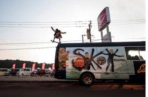 Sky Brown muestra sus habilidades con el skateboard en Kijo town, Miyazaki.
