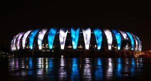 Vista del estadio Beira-Rio iluminado con los colores de argentina en homenaje a Maradona, en Porto Alegre, Brasil .