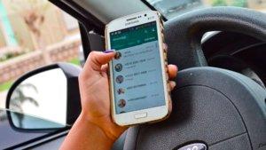 Hablar por Whatsapp al volante es muy peligroso.
