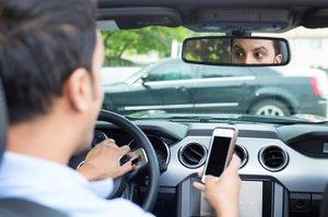 Tráfico moviliza a agentes y cámaras contra el uso del móvil al volante