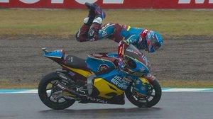 Àlex Márquez es escupido por su Kalex, en Motegi, pero controla el vuelo y, al final, para la moto.