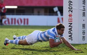 El centro de Argentina, Juan Cruz Mallia, intenta un gol durante el partido de la Copa Mundial de Rugby de Japón 2019 Grupo C entre Argentina y Estados Unidos en el Kumagaya Rugby Stadium en Kumagaya.