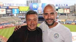 Guardiola junto a Domènec Torrent en el Yankee Stadium