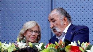 Ion Tiriac, junto a la exalcaldesa de Madrid, Manuela Carmena