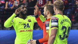 Los jugadores del Barça Lassa celebran el triunfo conseguido en Skopje la semana pasada