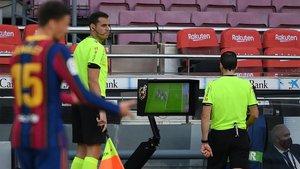 Martínez Munuera, consultando el monitor en el Camp Nou