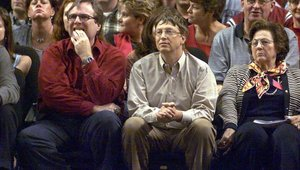 Paul Allen y Bill Gates viendo un partido de la NBA