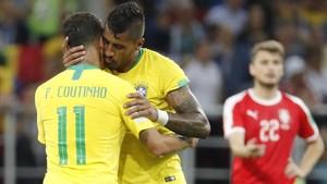 Paulinho se abraza a Coutinho antes de ser sustituido