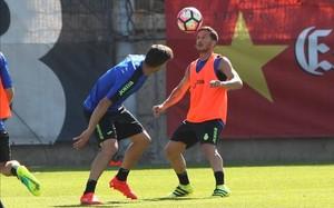 Piatti controla un balón alto. El atacante mostró muchas ganas durante su primera sesión de trabajo