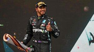 El piloto británico del ganador de Mercedes, Lewis Hamilton, celebra con el trofeo en el podio después del Gran Premio de Fórmula Uno de Turquía en el circuito Intercity Istanbul Park en Estambul