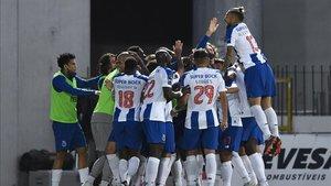 Piña blanquiazul para celebrar el gol decisivo de Mbemba