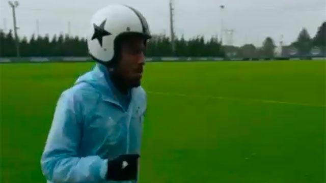 Rafinha entrenó con casco por el vendaval en Vigo