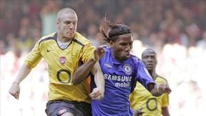 Senderos y Drogba disputan el balón en un partido entre Arsenal y Chelsea